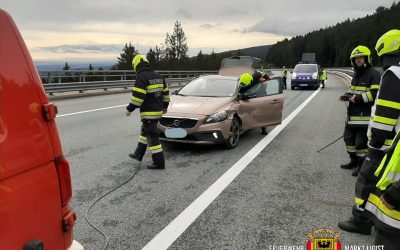 Verkehrsunfall PKW gegen Leitschiene